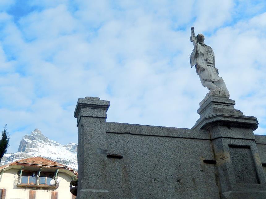Monument  aux morts de Passy, devant la chaîne des Fiz (cliché Bernard Théry, 13 novembre 2016)