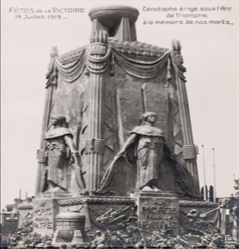 Cénotaphe érigé sous l'arc de triomphe à la mémoire de nos morts. 14 juillet 1919. Musée de l'Armée, Dist. RMN / Pascal Segrette (site museearmee.fr)