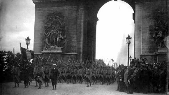 Le défilé des fusiliers marins sous l'Arc de Triomphe. Gallica/Agence Meurisse (site francetvinfo.fr)