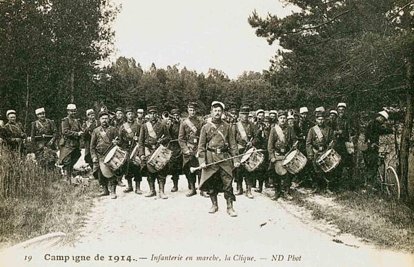 Campagne de 1914. Infanterie en marche, la « Clique » CPA Camp de Mailly (ND Phot ; site picclick.fr)