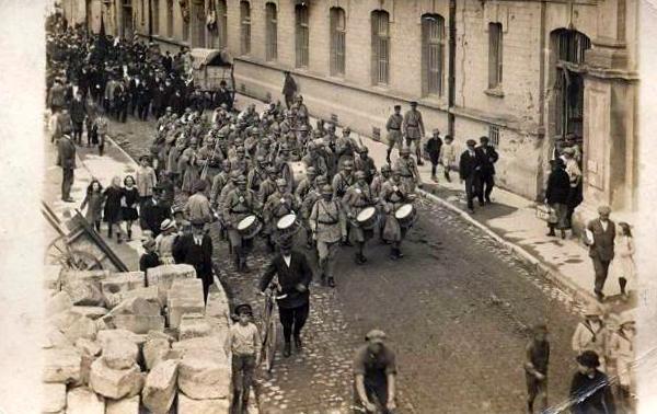 Verdun, Défilé de la Fanfare du 132è RI de Reims - Rue Saint Paul (site pages14-18.mesdiscussiosn.net, sujet 9806)
