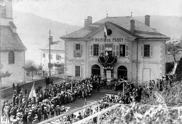 Cérémonie du 11 novembre 1920 devant la mairie de Passy (Coll. Serge Ravasi, in P. Dupraz, op. cit. p. 136)