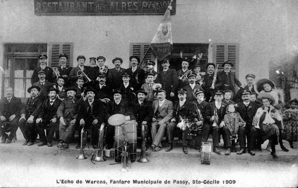 La fanfare municipale de Passy, l'Echo de Warens, avant la guerre 14-18, en 1909 (coll. Serge Ravasi, in P. Dupraz, Traditions et évolution de Passy, p. 144)