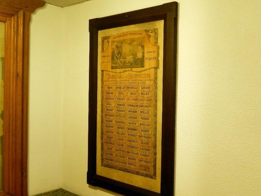 « Tableau d'honneur des Enfants de la commune Morts pour la Patrie et des citations à l'ordre du jour », placé dans l'escalier de la mairie de Passy (cliché Bernard Théry)