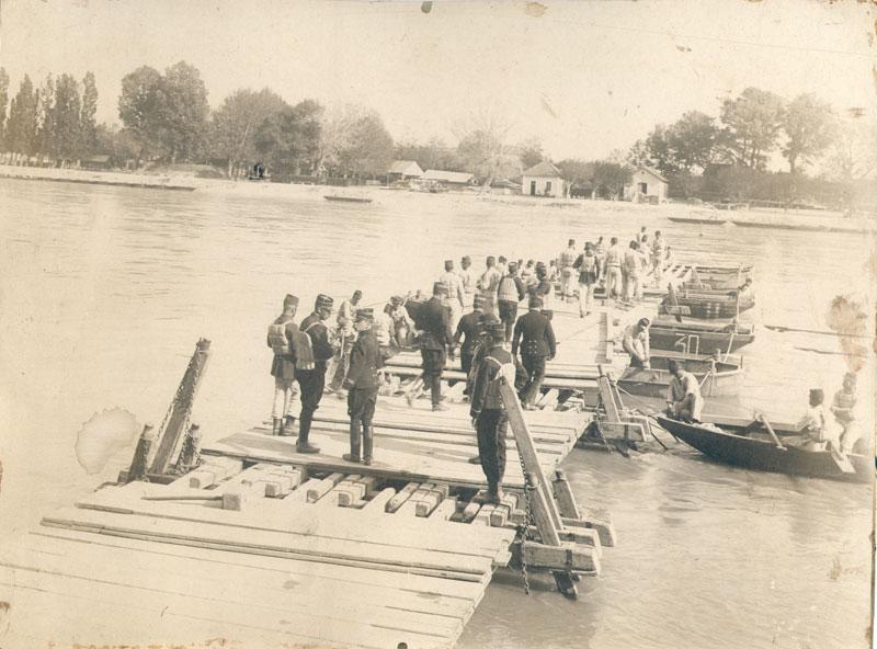 Construction d'un pont flottant par le 7ème régiment de Génie (site gw.geneanet.org)