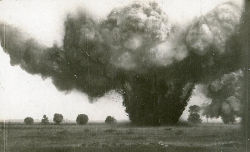 """Explosion d'une charge de 250 kg de """"Mélinite"""" en 1916 (site pages14-18.mesdiscussions.net, page explosion 250 mélinite, sujet 603)"""