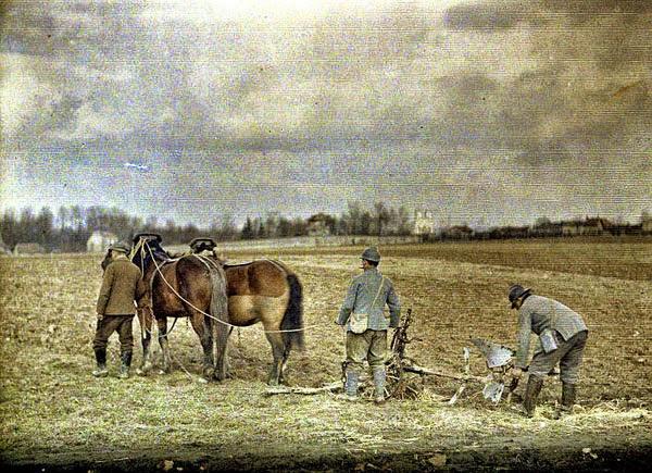 Un autochrome - Soldats - détachés agricoles aidant aux labours (site ruffineck44)
